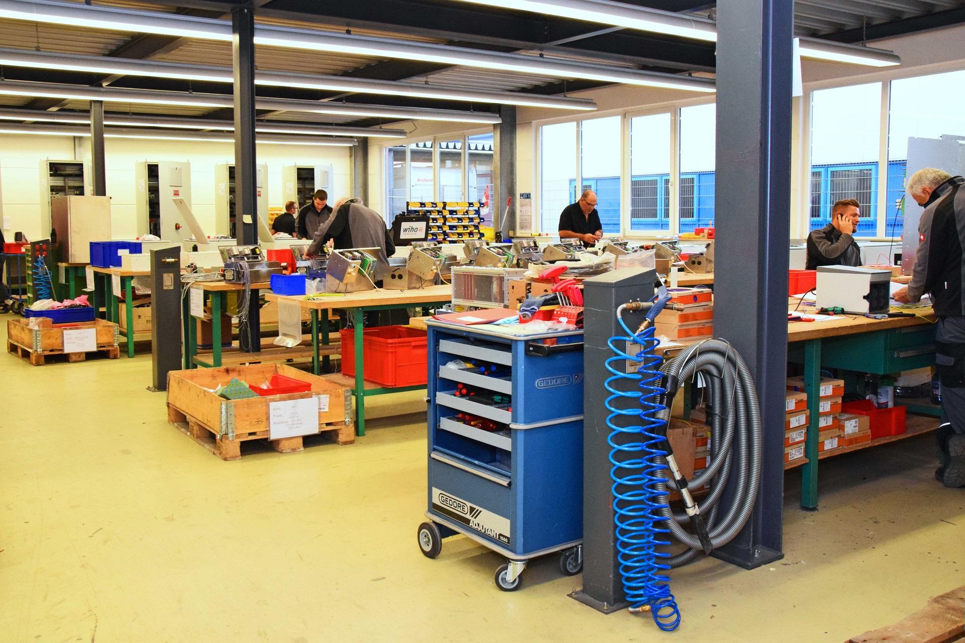 Horsch Schaltschrankbau GmbH Innenansicht Montagehalle